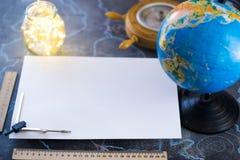 Feuille blanche de papier de mocap, dans la perspective du globe et des lumières photographie stock