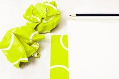 Feuille blanche vide avec la vue supérieure de fond de calibre de balle de tennis photo stock