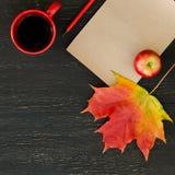 Feuille d'érable d'automne, pomme, tasse de thé, papier pour le texte et crayon Image libre de droits