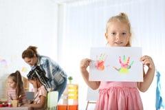 Feuille d'apparence de petit enfant de papier mignonne avec les copies colorées de main Leçon de peinture photos stock