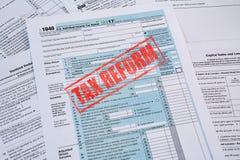 Feuille d'impôt 1040 avec le timbre de réforme fiscale photographie stock libre de droits