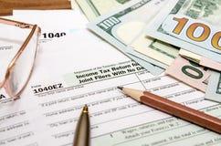 Feuille d'impôt des Etats-Unis 1040EZ pendant l'année 2016 avec le stylo Photographie stock