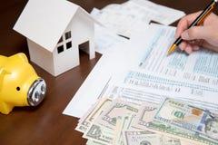 Feuille d'impôt des Etats-Unis 1040 Homme remplissant feuille d'impôt des USA photo libre de droits