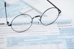 Feuille d'impôt et verres des USA Concept de finances photographie stock libre de droits