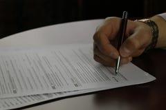 Feuille d'impôt signée par main photo stock