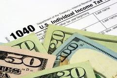 Feuille d'impôt et devise  Photo libre de droits