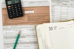 Feuille d'impôt polonaise avec le crayon, le calendrier et la calculatrice Photos stock