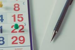 Feuille d'un calendrier et d'un plan rapproché de stylo images libres de droits
