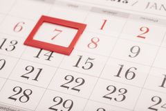 Feuille de calendrier mural avec la marque rouge la date encadrée 7 Photos stock
