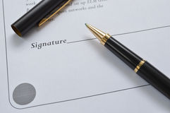 Feuille de contrat avec le stylo Images libres de droits