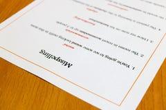 Feuille de faute d'orthographe sur la table Image libre de droits