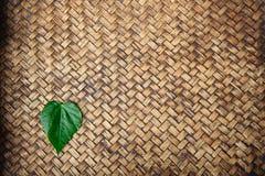 Feuille de forme de coeur sur le tapis en bambou Images stock