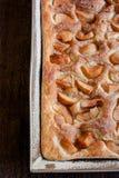Feuille de gâteau avec des pommes Images stock