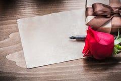 Feuille de giftbox de rose de rouge de concept de vacances de stylo-plume de papier Photos stock