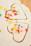 Feuille de la pâte de biscuit, coeurs de pâtisserie Photos stock