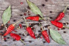 Feuille de laurier sèche de poivre et de poivre de Jamaïque de piment sur une table en bois Image stock