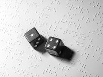 Feuille de papier avec le texte tactile dans Braille et deux matrices Photo conceptuelle L'occasion de gagner la vue Photo libre de droits