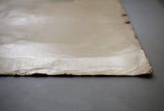 Feuille de papier beige sur un fond gris photo libre de droits