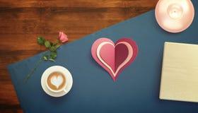 Feuille de papier blanc avec la tasse de cadeau et de café Moquerie d'espace de travail  Photographie stock