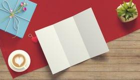 Feuille de papier blanc avec la tasse de cadeau et de café Moquerie d'espace de travail  Photos stock