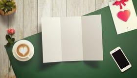 Feuille de papier blanc avec la tasse de cadeau et de café Moquerie d'espace de travail  Photographie stock libre de droits