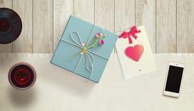 Feuille de papier blanc avec la tasse de cadeau et de café Moquerie d'espace de travail  Image stock
