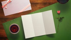 Feuille de papier blanc avec la tasse de cadeau et de café Moquerie d'espace de travail  Photo stock