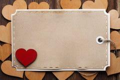 Feuille de papier blanc et coeurs en bois Image libre de droits