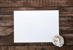 Feuille de papier blanche vide sur un conseil en bois Image libre de droits