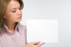 feuille de papier de fixation de fille jolie Image stock