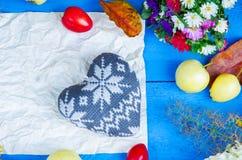 Feuille de papier, de forme de coeur, de fleurs, de prunes et de pommes Images stock