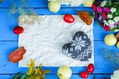 Feuille de papier, de forme de coeur, de fleurs, de prunes et de pommes Photographie stock