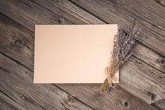 Feuille de papier et bouquet sec de lavande Image stock