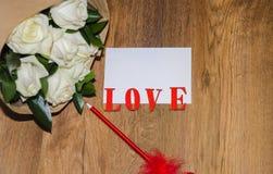 Feuille de papier et de stylo sur un fond en bois Photo stock