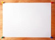 Feuille de papier fixée au conseil en bois images libres de droits