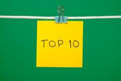 """Feuille de papier jaune sur la ficelle avec le  de l'""""Top 10†des textes Photo stock"""