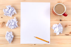 Feuille de papier sur un bureau Photo libre de droits