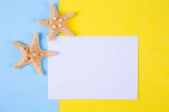 Feuille de papier vide avec deux étoiles de mer sur l'esprit coloré de milieux Photos libres de droits