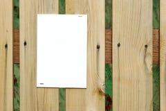 Feuille de papier vide blanche sur la barrière en bois Photo libre de droits