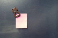Feuille de papier vide sur la porte de réfrigérateur Photos libres de droits