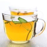 Feuille de thé de fines herbes pour la cuvette en verre Image libre de droits