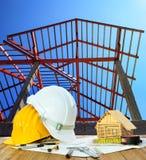 Feuille et acte judiciaire de plan de modèle de maison de casque antichoc de table de fonctionnement d'architecte Photos stock