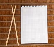 Feuille et baguettes à feuilles mobiles de note de papier carré Photo stock
