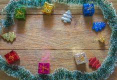 Feuille et boîte-cadeau de pin images stock