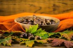 Feuille et châtaignes d'automne sur la table en bois Photo libre de droits