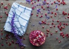 Feuille et grenade de lavande sur une table en bois photos stock