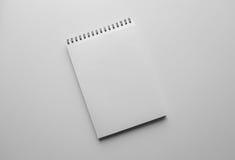 Feuille ou carnet et stylo de papier Table blanche Vue supérieure Noircissez Photos libres de droits