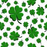 Feuille sans couture de trèfle de vert de modèle décorative sur un fond blanc illustration libre de droits