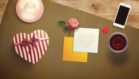 Feuille vide de livre blanc avec la tasse de cadeau et de café Moquerie d'espace de travail  Images libres de droits