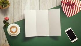 Feuille vide de livre blanc avec la tasse de cadeau et de café Moquerie d'espace de travail  Photographie stock libre de droits